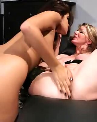Scorching sluts Isis Taylor & Amber Michaels lick cunt