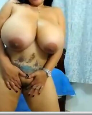 Dominicanpoison titillates for a humungous cock