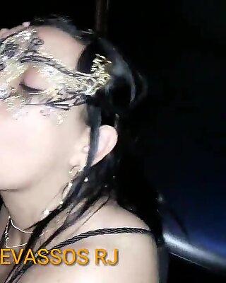 CHRIS DEVASSA    Sedenta por piroca Mamando dois machos  no Glory hole