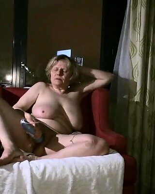Mature hottie gets into getting off