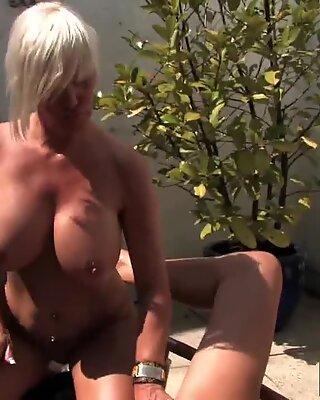 Blonde Lesben auf der Terrasse