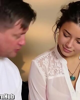 massage turns to hotwife for Wild chick Daisy Haze