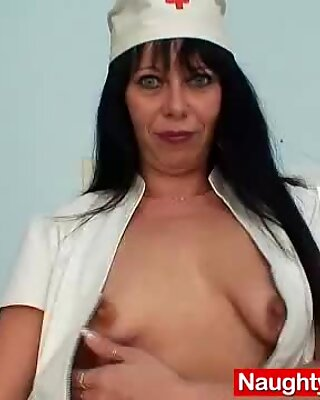 Amateur mama Magda spreads cunny up close
