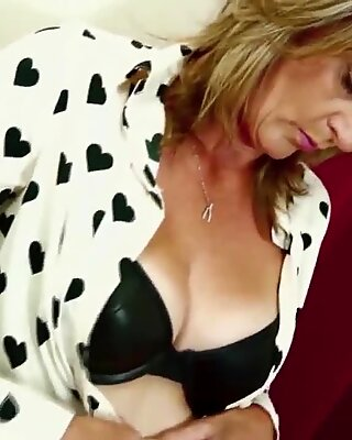 Amateur mature mom with hungry hairy pussy